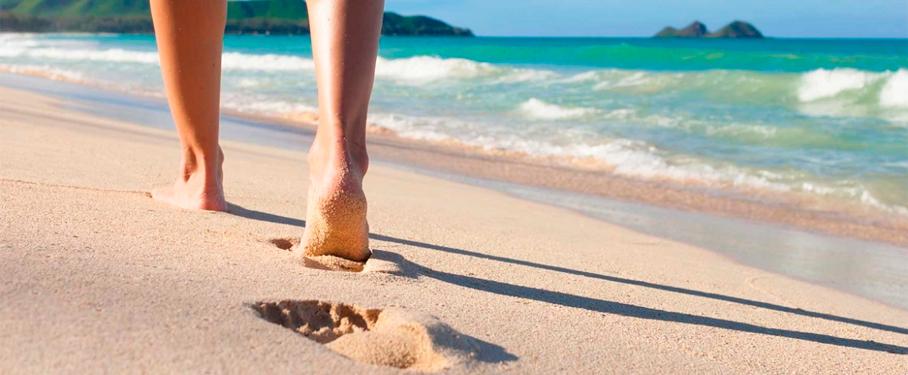 Caminar descalzo por la playa. Consejos y recomendaciones