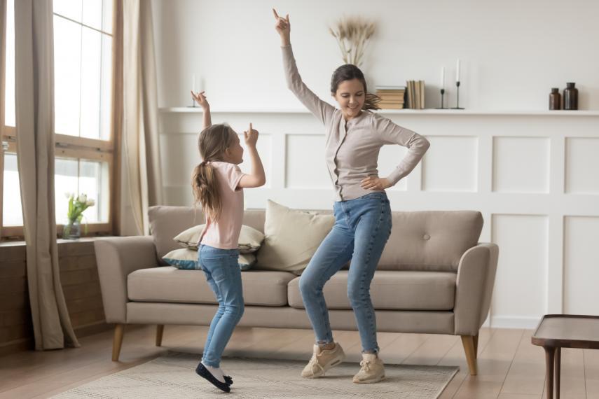 Niña bailando en casa